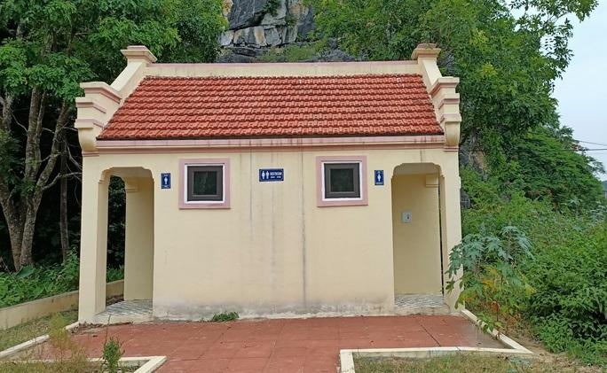 Nhà vệ sinh xây theo mẫu, huyện làm hết 300 triệu đồng, TP Thanh Hóa hơn nửa tỉ - Ảnh 1.
