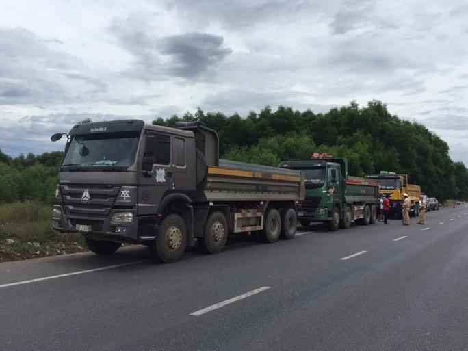 Ba tài xế xe tải không chịu mở cửa, thi gan suốt 3 giờ với CSGT - Ảnh 1.
