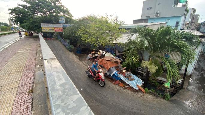 Hàng ngàn ngôi nhà chìm dưới mặt đường ở TP HCM - Ảnh 1.