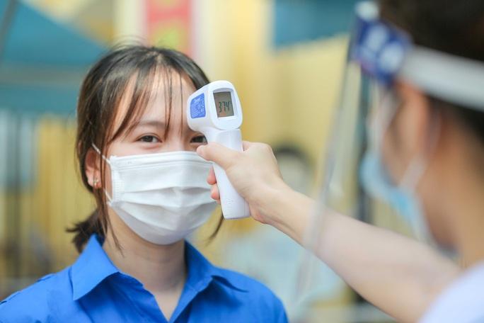 CLIP: Thí sinh thi lớp 10 bị sốt, đau ngực sẽ phải đến phòng cách ly tạm thời - Ảnh 7.