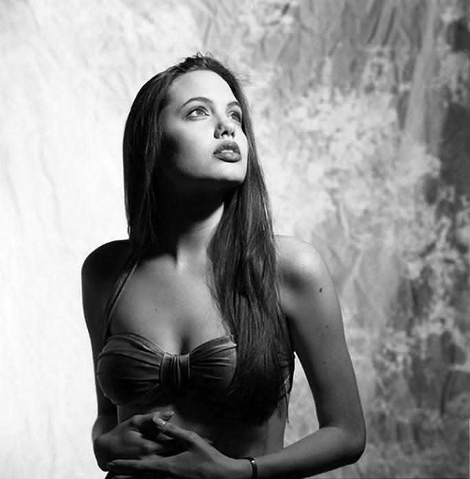Nhan sắc không tì vết của Angelina Jolie thời trẻ - Ảnh 7.