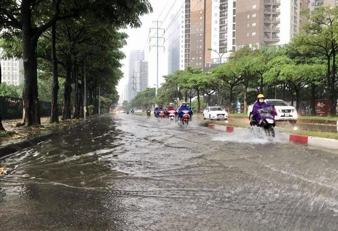 Đầu giờ chiều 7-6, bầu trời Hà Nội bỗng xám xịt kèm mưa lớn - Ảnh 10.
