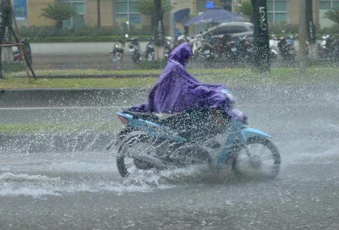 Đầu giờ chiều 7-6, bầu trời Hà Nội bỗng xám xịt kèm mưa lớn - Ảnh 7.