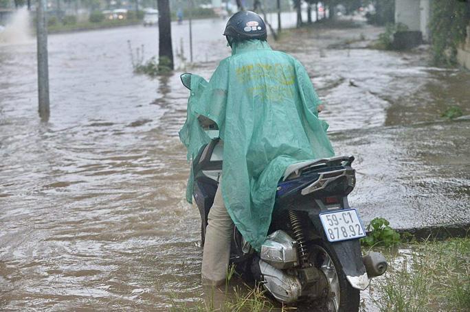 Đầu giờ chiều 7-6, bầu trời Hà Nội bỗng xám xịt kèm mưa lớn - Ảnh 8.