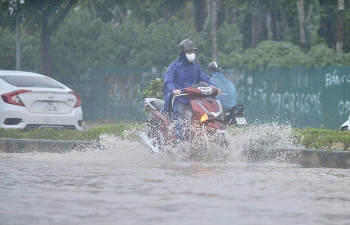 Đầu giờ chiều 7-6, bầu trời Hà Nội bỗng xám xịt kèm mưa lớn - Ảnh 6.