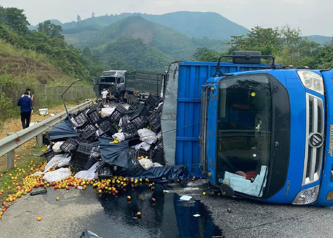 Tai nạn liên hoàn trên cao tốc Nội Bài - Lào Cai, giao thông tê liệt nhiều giờ - Ảnh 1.