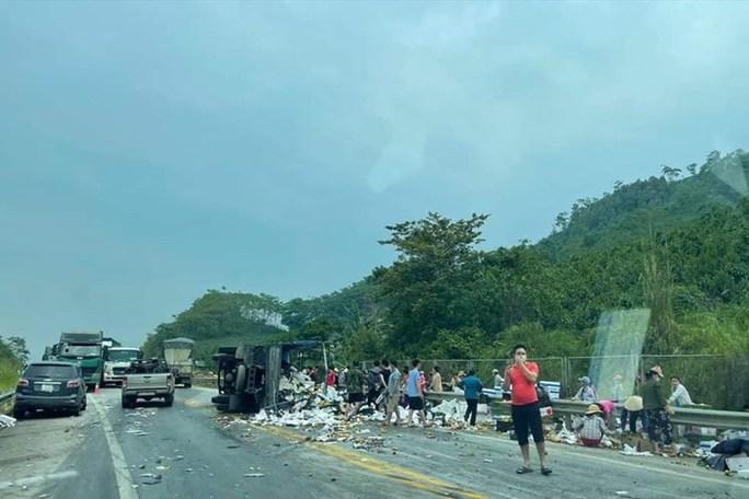 Tai nạn liên hoàn trên cao tốc Nội Bài - Lào Cai, giao thông tê liệt nhiều giờ - Ảnh 2.