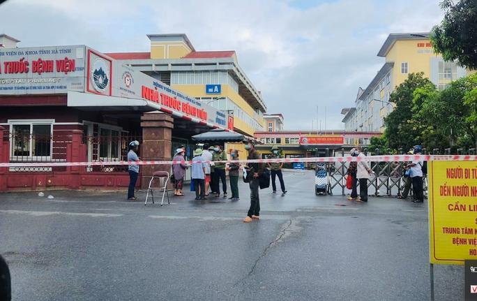 Nhân viên dương tính SARS-CoV-2, phong tỏa bệnh viện lớn nhất Hà Tĩnh - Ảnh 1.