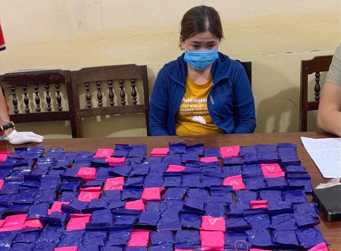 Bắt cặp tình nhân vận chuyển 42.000 viêm ma túy, 1 bánh heroin - Ảnh 1.