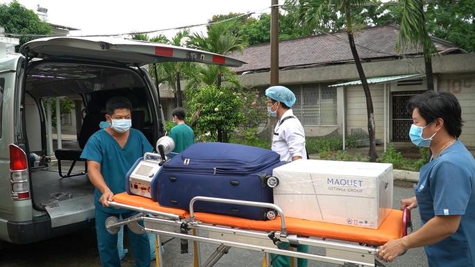 Chiến sĩ công an mắc Covid-19 chuyển sang Bệnh viện Chợ Rẫy điều trị, đặt ECMO - Ảnh 2.