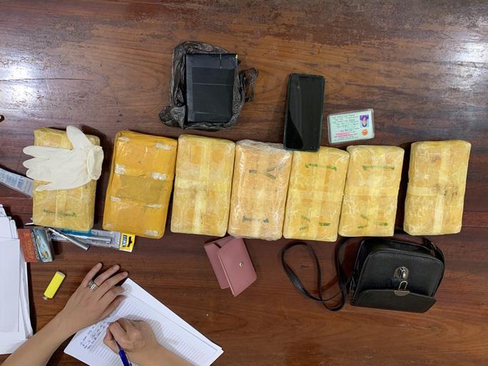 Bắt cặp tình nhân vận chuyển 42.000 viêm ma túy, 1 bánh heroin - Ảnh 3.