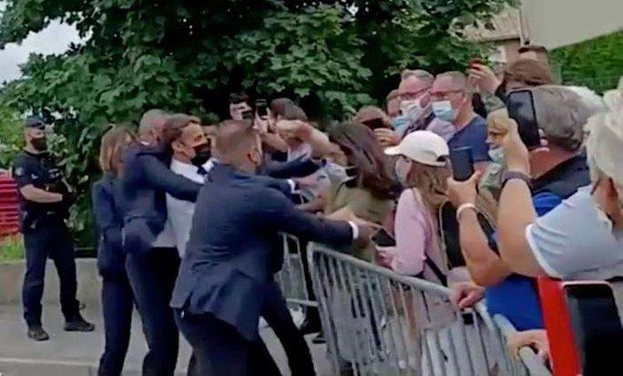 Sốc: Tổng thống Pháp Emmanuel Macron bị tát trong chuyến công du - Ảnh 2.