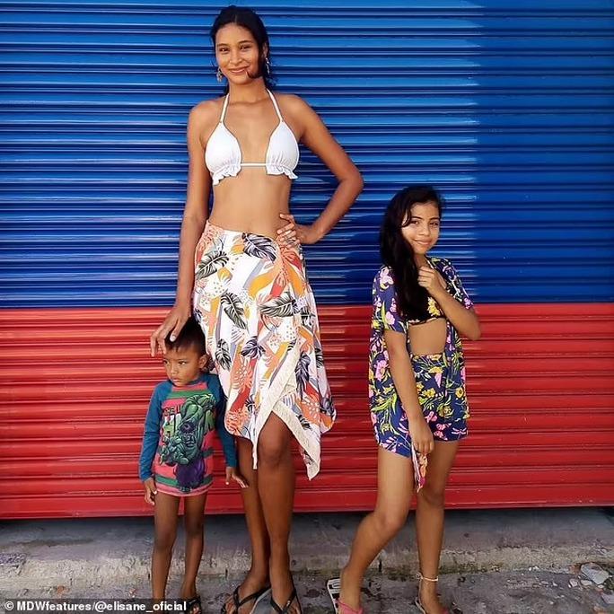 Cận cảnh nữ người mẫu gây sốc với chiều cao hơn 2m - Ảnh 5.