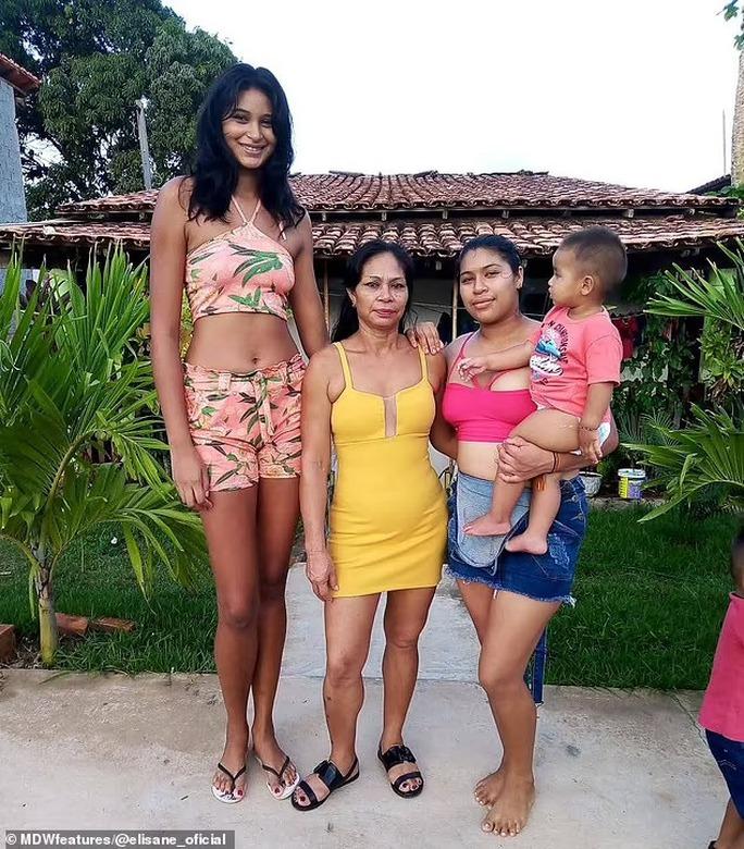 Cận cảnh nữ người mẫu gây sốc với chiều cao hơn 2m - Ảnh 10.