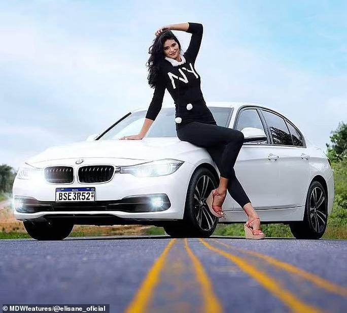 Cận cảnh nữ người mẫu gây sốc với chiều cao hơn 2m - Ảnh 8.