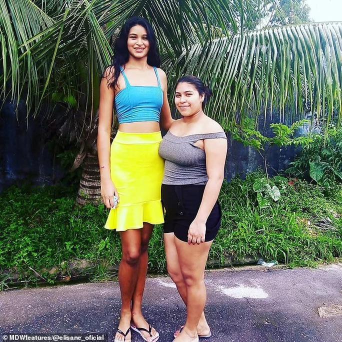 Cận cảnh nữ người mẫu gây sốc với chiều cao hơn 2m - Ảnh 9.