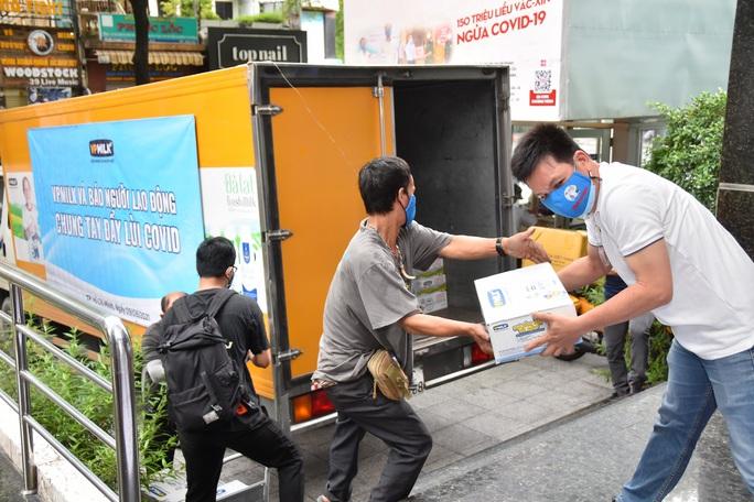 VPMilk hỗ trợ 1.000 thùng sữa cho lực lượng chống dịch và người nghèo - Ảnh 1.