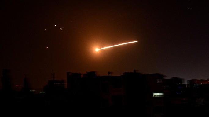 Phòng không Syria thắp sáng bầu trời đáp trả tên lửa Israel - Ảnh 1.