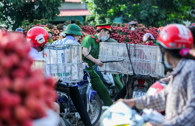 CLIP: Người dân Lục Ngạn đổ xô đi bán vải, nhiều tuyến đường tắc cứng - Ảnh 15.