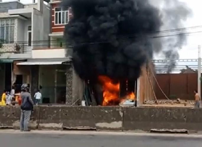 Quảng Ngãi: Lại xảy ra vụ cháy lớn ở kho hàng, thiệt hại hàng trăm triệu đồng - Ảnh 1.