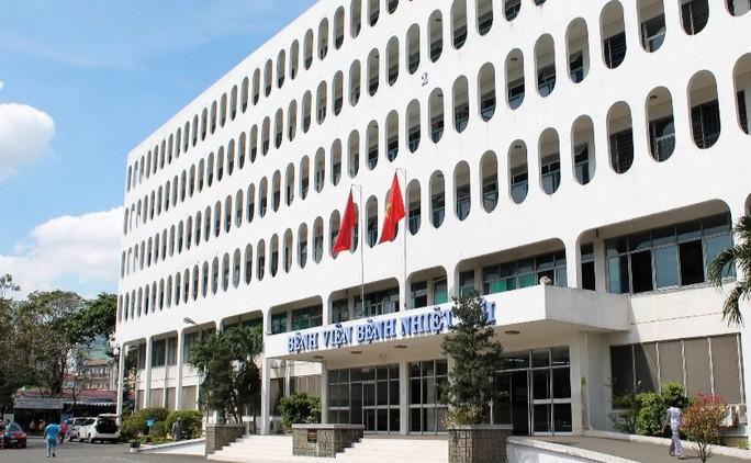 Bệnh viện Bệnh Nhiệt đới TP HCM tạm phong tỏa do nhân viên nghi mắc Covid-19 - Ảnh 1.