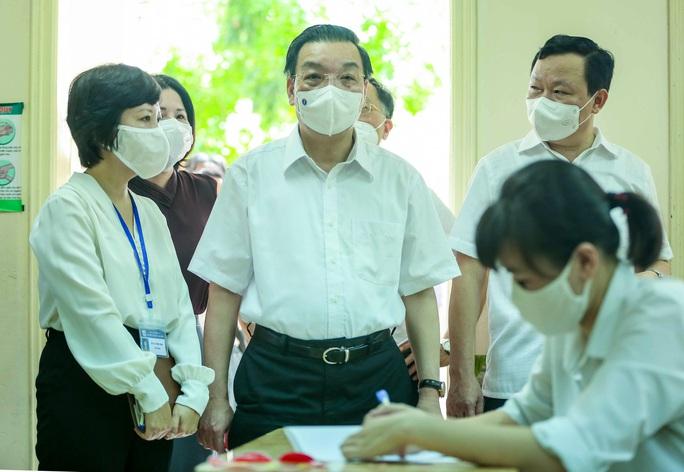 CLIP: Chủ tịch UBND TP Hà Nội kiểm tra trước kỳ thi tốt nghiệp THPT năm 2021 - Ảnh 3.