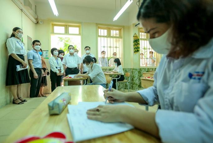 CLIP: Chủ tịch UBND TP Hà Nội kiểm tra trước kỳ thi tốt nghiệp THPT năm 2021 - Ảnh 12.