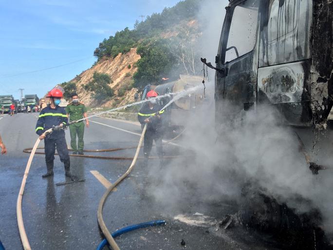 Đang chạy trên đường, xe tải và xe ben bất ngờ bốc cháy ngùn ngụt - Ảnh 1.