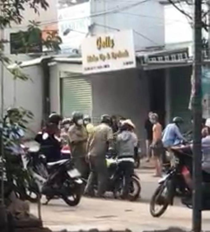 TP HCM: Công an Bình Tân xác minh, xử lý kẻ đánh người thi hành công vụ - Ảnh 1.