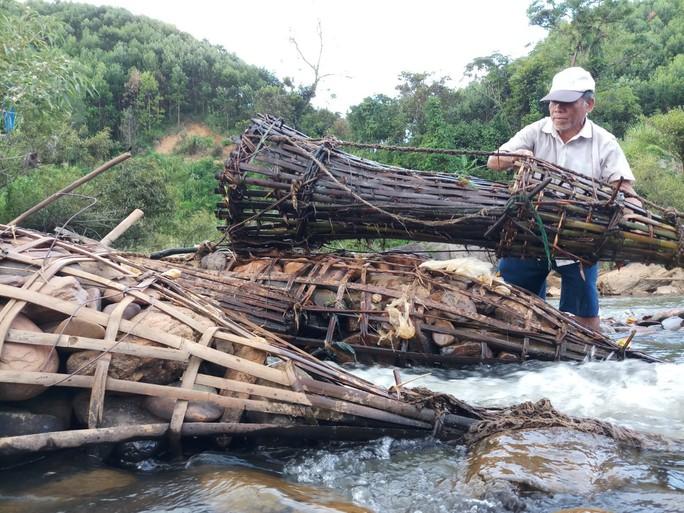 Dùng aruung bắt cá để bảo vệ môi trường - Ảnh 1.