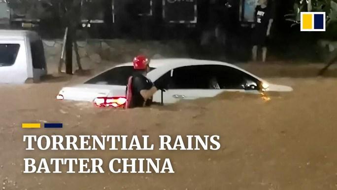 Mưa như trút nước, Trung Quốc hứng chịu lũ lụt diện rộng - Ảnh 3.
