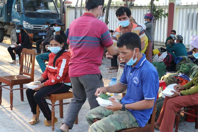 Không có tiền, 47 người Hrê được Khánh Hòa hỗ trợ đưa về quê Quảng Ngãi - Ảnh 2.