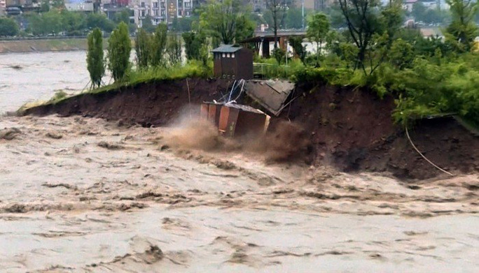 Mưa như trút nước, Trung Quốc hứng chịu lũ lụt diện rộng - Ảnh 2.