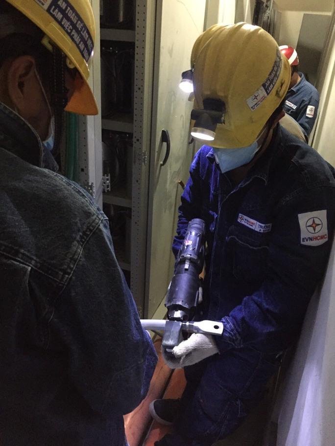 Khẩn trương cấp điện ưu tiên cho bệnh viện dã chiến, khu cách ly mới ở TP Thủ Đức - Ảnh 1.