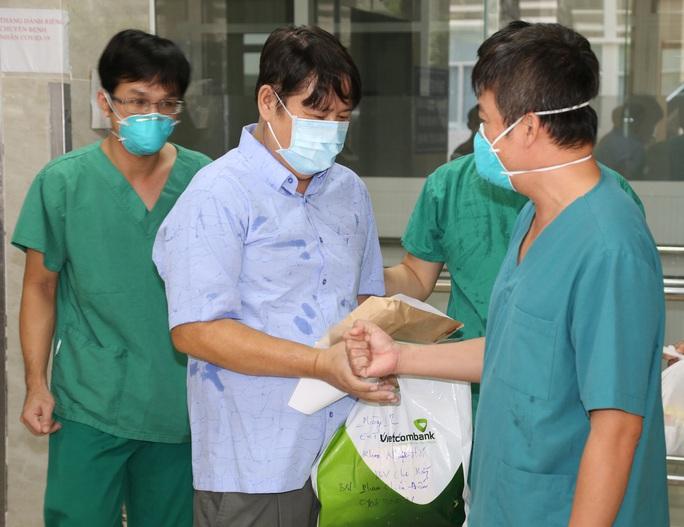 Bệnh nhân là chiến sĩ công an mắc Covid-19 nặng ở TP HCM xuất viện - Ảnh 1.