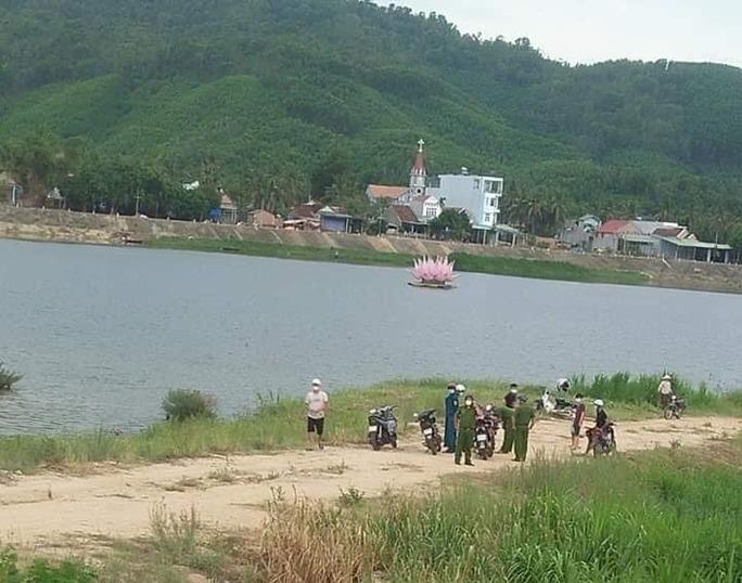 Tụ tập câu cá tại khu vực giãn cách xã hội, 4 người đàn ông bị phạt hành chính - Ảnh 1.