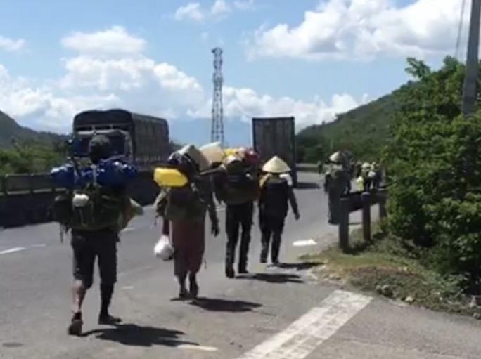 Không có tiền, 47 người Hrê được Khánh Hòa hỗ trợ đưa về quê Quảng Ngãi - Ảnh 1.