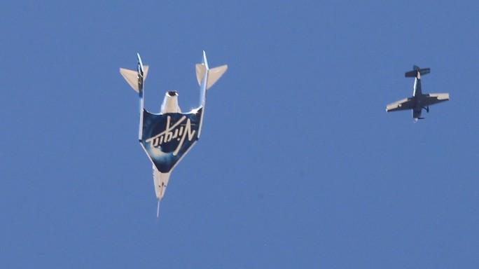 Tỉ phú Richard Branson trở về trái đất sau chuyến bay không gian lịch sử - Ảnh 2.