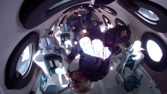Tỉ phú Richard Branson trở về trái đất sau chuyến bay không gian lịch sử - Ảnh 3.