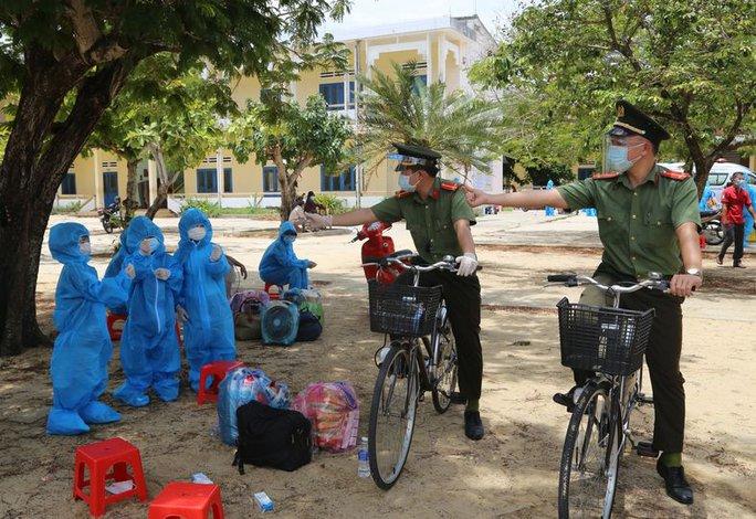 Quảng Ngãi: Xúc động hình ảnh các bé thả tim cùng chiến sĩ công an trước khi đi cách ly - Ảnh 1.