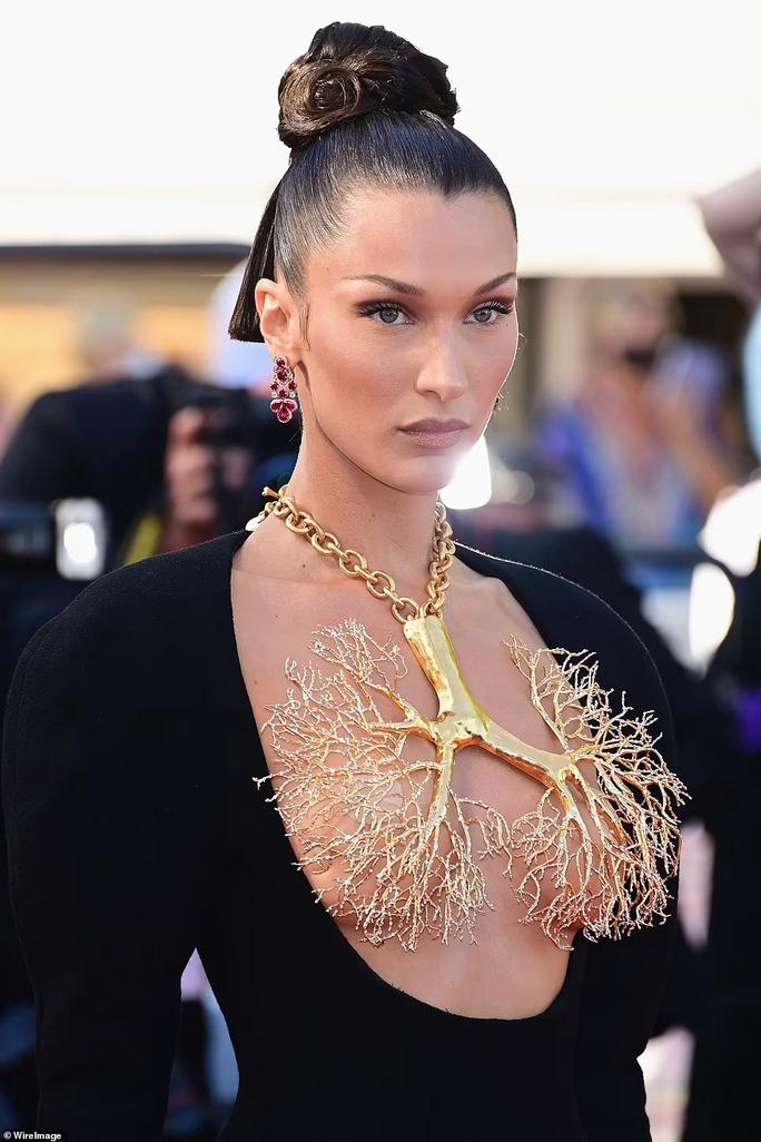 Siêu mẫu Bella Hadid lấy vàng... che ngực trần - Ảnh 1.