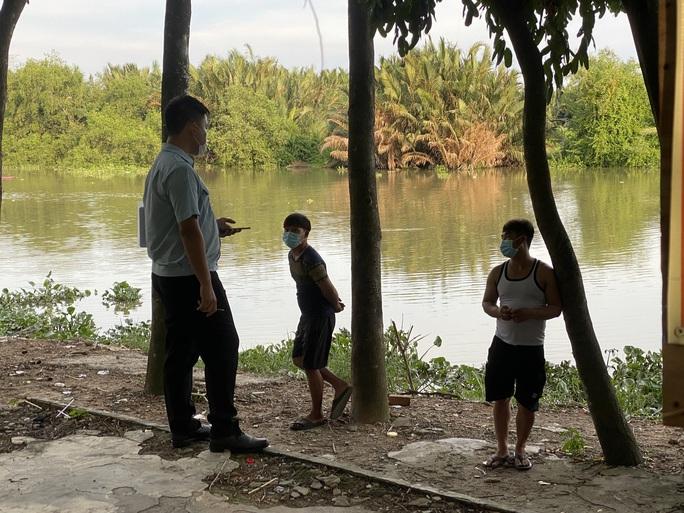CLIP: Nhiều người ở TP Thủ Đức tháo chạy khi đang câu cá, hóng mát dọc bờ sông - Ảnh 2.