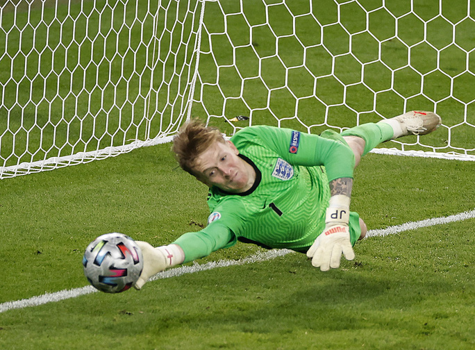 Lạ lùng Euro 2020: Hai thủ môn được tôn vinh xuất sắc nhất - Ảnh 6.