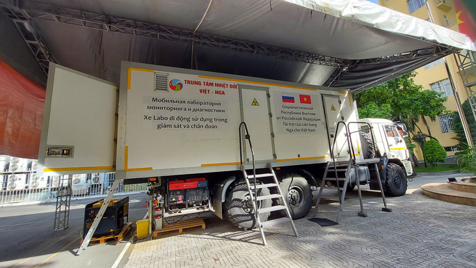 Cận cảnh siêu xe xét nghiệm lưu động xuyên Việt hỗ trợ TP HCM chống dịch - Ảnh 1.