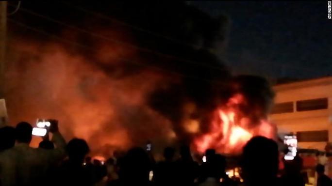 Iraq: Nổ bình oxy, cháy bệnh viện trị Covid-19, hàng chục người chết - Ảnh 3.