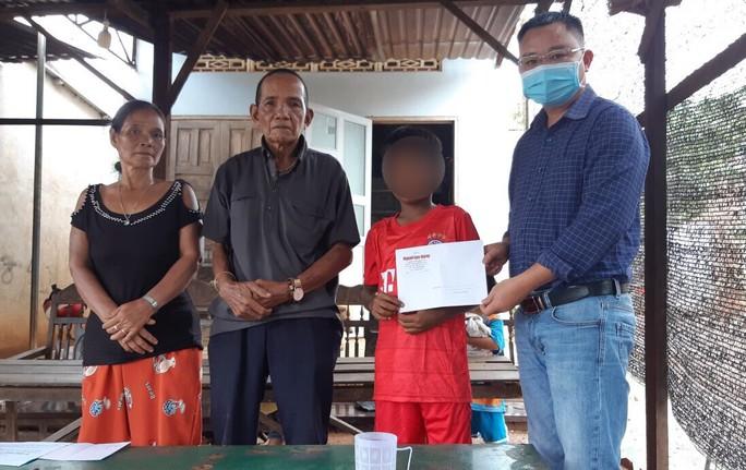 Cậu học trò nghèo bị giữ học bạ được hỗ trợ tiền học 5 năm - Ảnh 1.