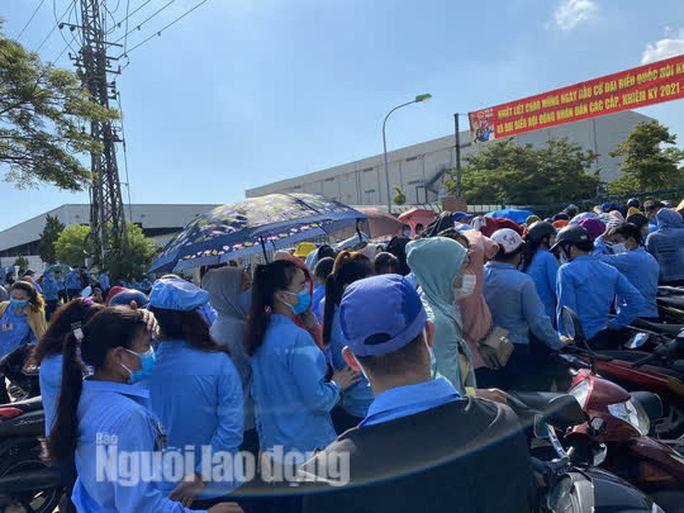 Công nhân công ty có ca dương tính SARS-CoV-2 ở Đà Nẵng chen lấn xét nghiệm - Ảnh 2.