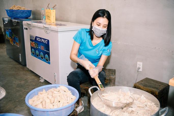 Hoa hậu Khánh Vân cùng nhiều nghệ sĩ tiếp tục hỗ trợ người dân chống dịch - Ảnh 7.