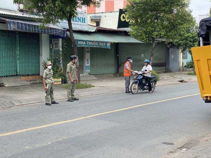 Hóc Môn test nhanh người đi đường, Đồng Nai lên kịch bản phong tỏa 2 địa phương - Ảnh 1.