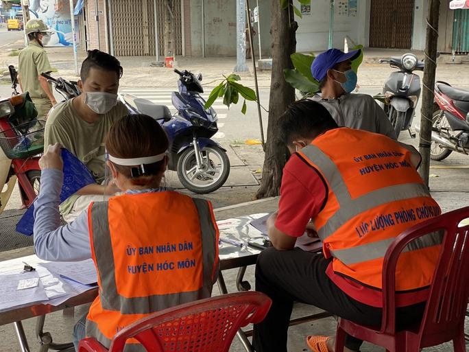 Hóc Môn test nhanh người đi đường, Đồng Nai lên kịch bản phong tỏa 2 địa phương - Ảnh 3.
